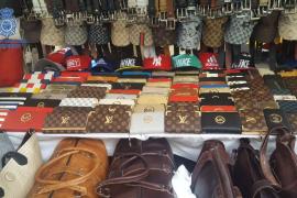 Incautan 700 productos falsificados en 5 puestos del mercadillo de Manacor