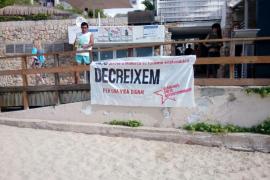 Colocan seis pancartas en seis playas de Mallorca contra la masificación turística