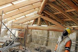 Los restauradores luchan contra el hongo que 'come' el tejado de las Caputxines