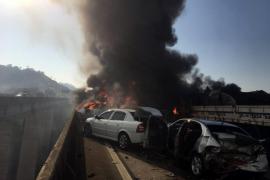 Varios muertos y una treintena de coches implicados en un brutal accidente en Sao Paulo