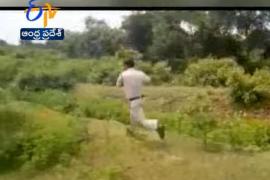 Un policía coge con sus manos una bomba y corre para salvar a cientos de niños
