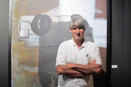 Sobre estas líneas Jorge Alcolea con una obra de Josep Rosales.