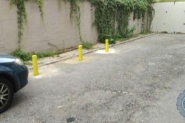 Un hombre roba tres bolardos del Ayuntamiento y los coloca frente a su local para que no aparquen los vecinos