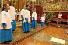 Dos niños y dos niñas estrenan sotana azul en los Blavets