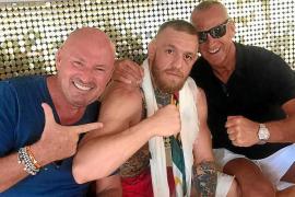 Conor McGregor junto al empresario Tony Truman, copropietario del beach club de Sant Antoni.