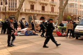 La policía desaloja la jaima de es Born tras llevar 48 días allí instalada