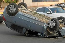 Un conductor triplica la tasa de alcohol tras sufrir un vuelco en el acceso al aeropuerto de Ibiza