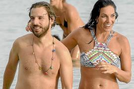 La ex miss España bañándose en la playa de ses Salines, en Ibiza, en compañía de un joven.