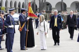 Cien civiles juran bandera una década después del fin de la mili
