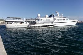 El yate 'Al Diriyah', en el puerto de Ibiza (Fotos: Daniel Espinosa).