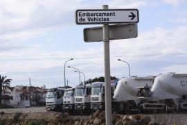 Las hormigoneras desplazadas aposta desde Mallorca para transportar material hasta el dique de Ciutadella y la cárcel que se co