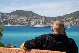 McGregor navega por aguas de Ibiza maravillado por el megayate a vela 'Sailing Yacht A'
