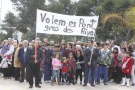 Los vecinos de Porto Cristo se concentran para pedir al Tribunal la apertura del puente
