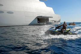 Conor McGregor navega por Ibiza alucinado por el megayate 'Sailing Yacht A'