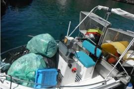 Las barcas de limpieza del litoral recogen 4,3 toneladas de residuos en agosto en las Pitiusas