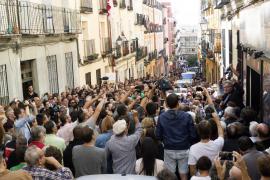 Decenas de personas colapsan en Madrid los accesos al Teatro del Barrio en apoyo al referéndum