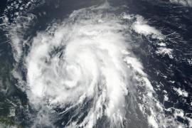 El huracán María sigue intensificándose mientras se aproxima a las Antillas Menores