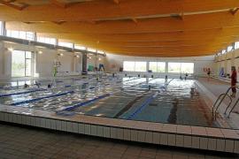 La concesionaria de la piscina amenaza con dejar sin agua caliente la instalación