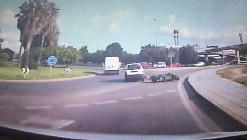 Aparatoso atropello a un motorista en Ibiza