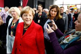 Una sexagenaria trató de agredir a Merkel con un paraguas en un mitin