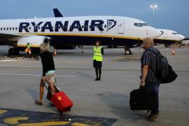 Ryanair ofrece hasta 12.000 euros a sus pilotos para trabajar en días libres