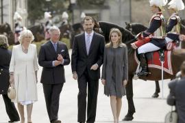 Los príncipes de Asturias reciben a Carlos y Camila en el Pardo