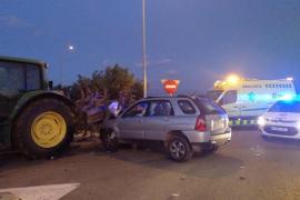 Accidente entre un tractor y un coche en sa Pobla