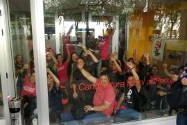 La Policía Nacional interviene propaganda del 1-O ante la sede de la CUP