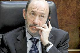 Rubalcaba critica al PP por llevar al Congreso las actas de ETA, 'bazofia llena de mentiras'