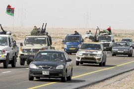 Los rebeldes retroceden ante las tropas de Gadafi