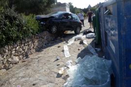 Aparatoso accidente de un joven al empotrarse con el coche contra el muro de un parque infantil