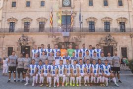 El Atlético Baleares se hace la foto oficial de la temporada en la plaza de Cort