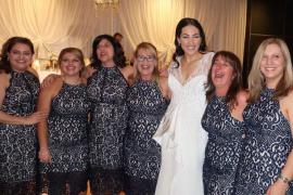 Seis invitadas a una boda aparecen con el mismo vestido