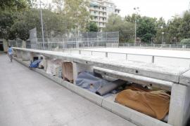 La plaza dels Patins, un espacio okupado por personas sin techo