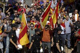 Un grupo de manifestantes obliga a cerrar el pabellón donde se celebra la Asamblea Unidos Podemos contra la «ofensiva antidemocrática» del Gobierno