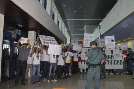 Más de 200 personas protestan de nuevo en el Hospital d'Inca por la muerte de un joven
