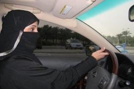 El rey saudí autoriza los permisos de conducir para mujeres