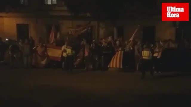Banderas españolas y consignas contra el referéndum en un acto de la CUP en Palma
