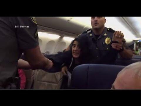 Obligada a salir por la fuerza de un avión por una alergia mortal a los animales