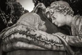 Detenidos 4 empleados de un cementerio por robar joyas a cadáveres