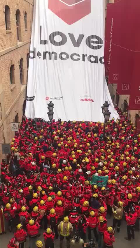 Espectacular acción de los bomberos catalanes a favor del referéndum
