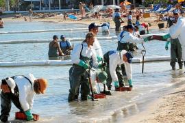 Imagen de archivo del verano de 2007 de voluntarios limpiando la playa de Talamanca tras el hundimiento del buque