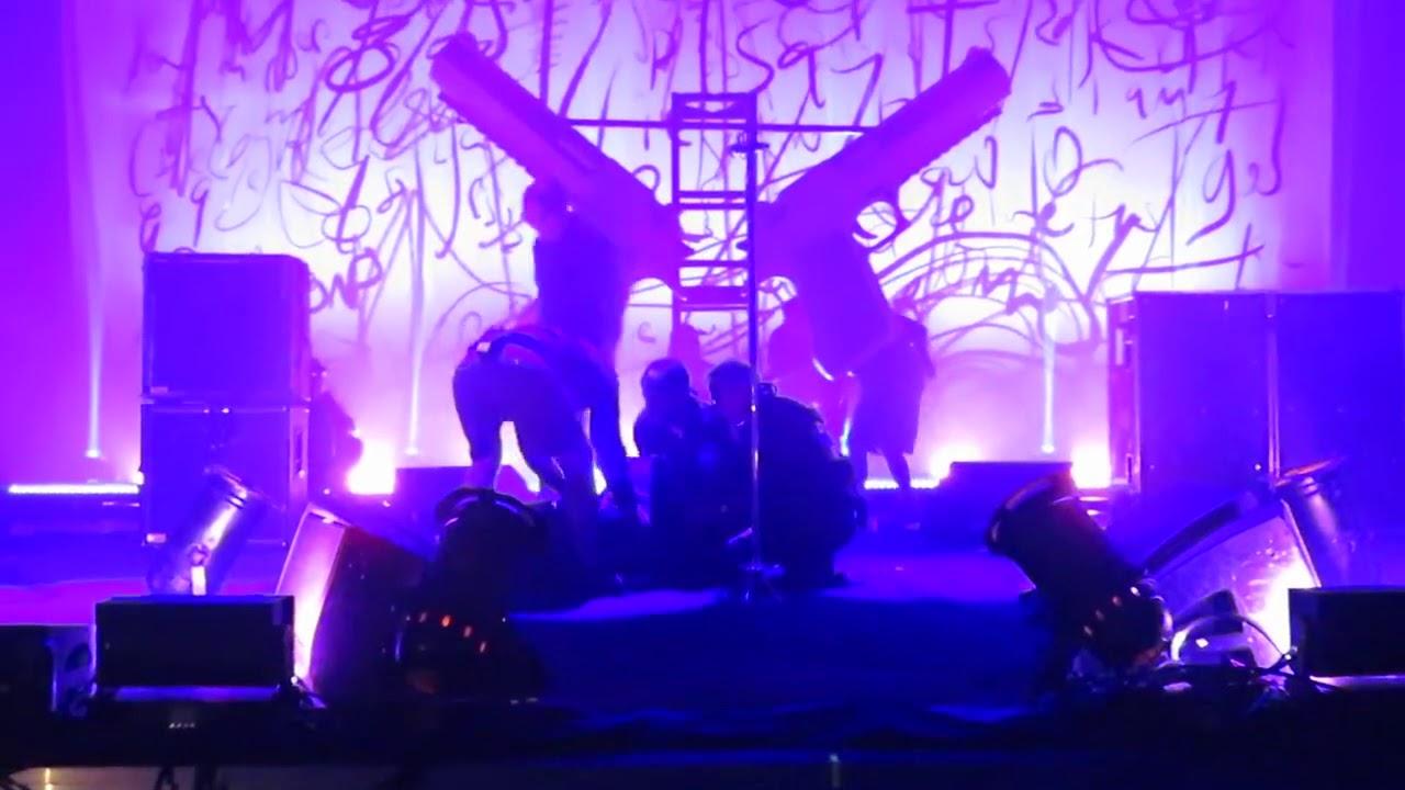 Un aparatoso accidente durante un concierto envía a Marilyn Manson al hospital