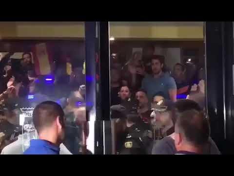 Tensión entre policía y manifestantes en varios puntos de Girona y Barcelona