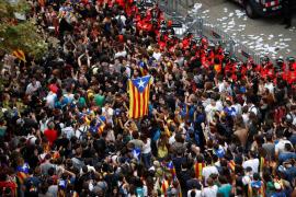 Unas 2.000 personas se concentran ante la sede del Partido Popular catalán