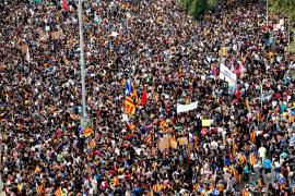 Miles de estudiantes protestan contra la violencia del 1-O por el centro de Barcelona