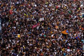 Decenas de miles de personas protestan en Barcelona contra las cargas del 1-O