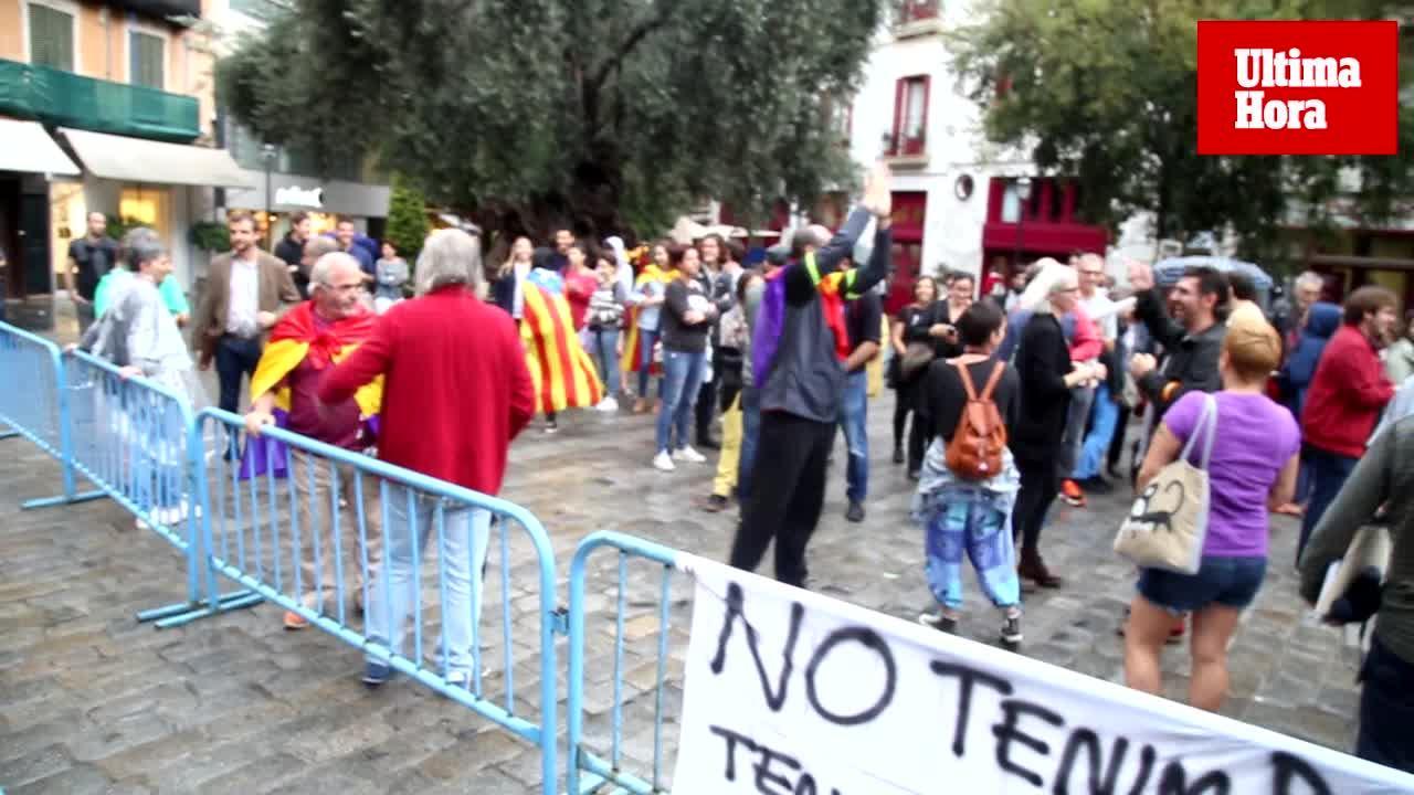 Un centenar de personas se concentran en Cort y piden a Noguera la retirada de la bandera española