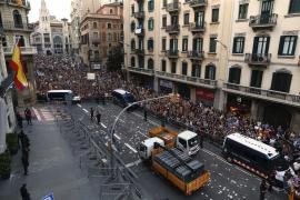 Miles de personas se concentran ante la Jefatura Superior de Policía de Catalunya