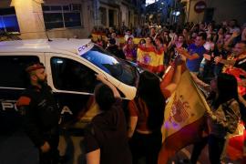 Decenas de personas se concentran en Pineda de Mar a favor de policías alojados